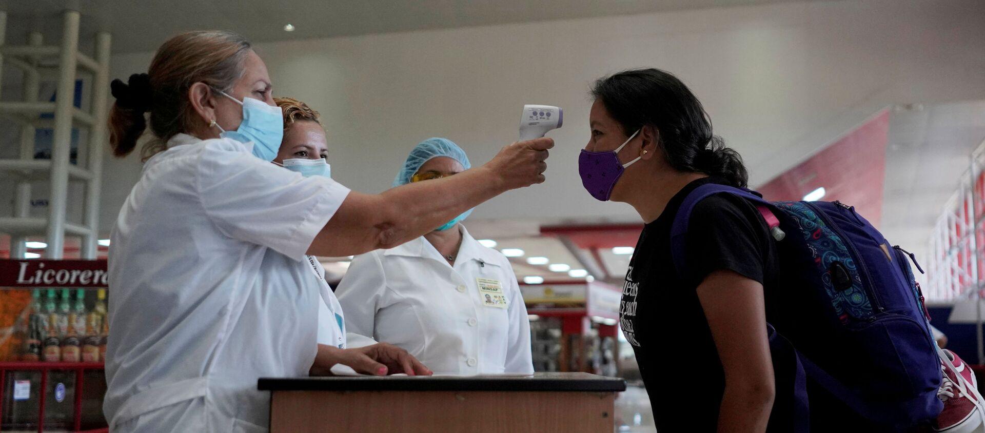 Unas enfermeras y una turista en el aeropuerto de la Habana, Cuba - Sputnik Mundo, 1920, 18.01.2021