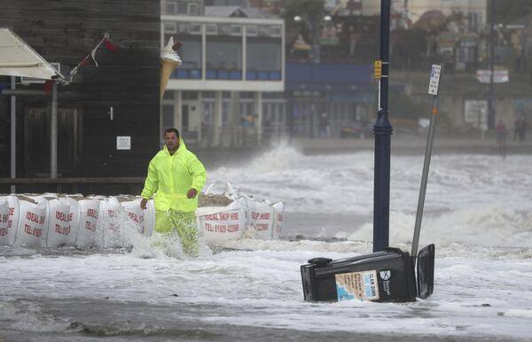 A principios de octubre, el huracán Alex golpeó la costa sur del Reino Unido, provocando fuertes ráfagas de viento y lluvias torrenciales que causaron inundaciones y cortes de energía en varias regiones. En la foto: un hombre en el malecón de la ciudad de Swanage en el condado de Dorset. - Sputnik Mundo