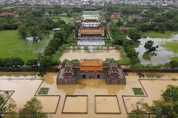 Las lluvias torrenciales en Vietnam que duraron dos semanas en octubre causaron inundaciones que se cobraron la vida de unas 100 personas. Varias docenas más continúan desaparecidas. Fueron inundadas y derribadas más de 122.000 casas, y fueron destruidas unas 107.000 hectáreas de tierras agrícolas. Se quedaron sin electricidad. En la foto: la ciudad imperial de Hue inundada en el centro de Vietnam. - Sputnik Mundo