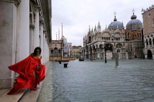 En Venecia el 8 de diciembre se produjo una inundación masiva debido a unos errores en el cálculo de la cantidad de las precipitaciones. No se usó el sistema de esclusas móviles MOSE, lo que provocó que el centro de la ciudad, incluida la Plaza de San Marcos, se inundara. La inundación también afectó a la Basílica de San Marcos, incluso a sus partes más antiguas. - Sputnik Mundo