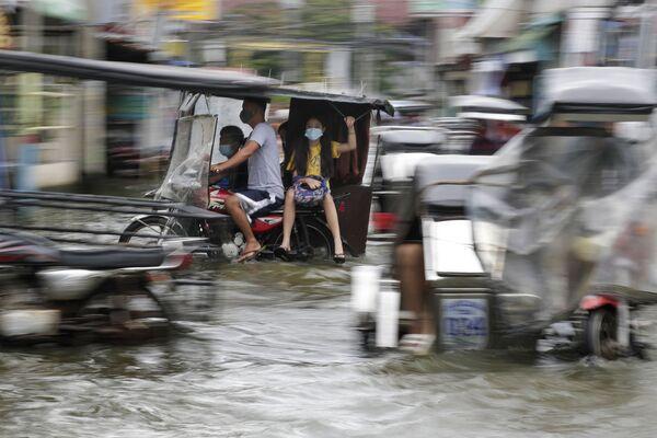 El tifón Molave, que azotó Filipinas a finales de octubre, causó tres muertes, y 13 personas continúan desaparecidas. Unos 44.000 habitantes de la provincia de Albay fueron evacuados. Cientos de casas y automóviles resultaron dañados. - Sputnik Mundo