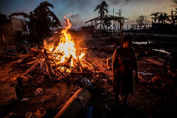 A mediados de noviembre, América Central, que aún no se había recuperado del huracán Eta, fue azotada por el huracán Iota. El Gobierno de Nicaragua estima que 5.000 casas quedaron completamente destruidas debido a dos huracanes, otras 38.000 casas resultaron dañadas. Los daños materiales superaron los 600 millones de dólares. En la foto: las personas queman la basura que dejó el huracán Iota en Bilwi, Nicaragua. - Sputnik Mundo