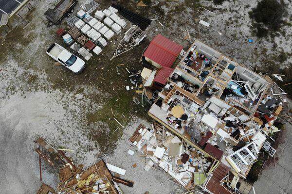 El 17 de septiembre el huracán Sally golpeó la costa del golfo de México, causando catastróficas inundaciones en Florida y Alabama. Más de medio millón de habitantes se quedó sin electricidad en dos estados. En algunas ciudades se impuso el toque de queda. En la foto: una casa destruida por el huracán en Perdido Key, estado de Florida. - Sputnik Mundo