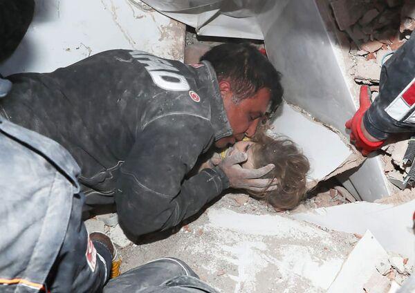 A finales de octubre, se produjo un poderoso terremoto en el mar Egeo. La más afectada fue la ciudad turca de Esmirna, donde murieron 35 personas y decenas de viviendas se derrumbaron. En la foto: los rescatistas turcos, cuatro días después del terremoto, encontraron a un niño vivo debajo de los escombros en Esmirna. - Sputnik Mundo