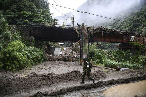 Alrededor de 60 personas fueron víctimas de la tempestad en Japón a principios de julio. Otros 16 vecinos desaparecieron. La isla de Kyushu sufrió fuertes lluvias durante tres días, lo que provocó deslizamientos de tierras e inundaciones. - Sputnik Mundo