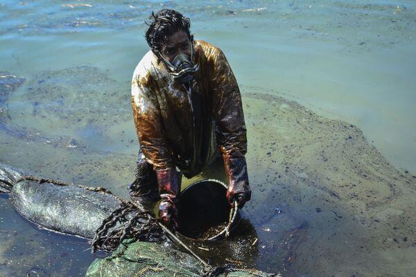 Mil toneladas de petróleo, derramadas de un petrolero japonés varado frente a las costas de Mauricio el 25 de julio de 2020, causaron una verdadera catástrofe ambiental para esta nación insular. - Sputnik Mundo