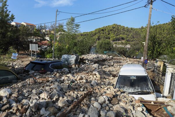 La tormenta tropical Janos, que azotó las islas Jónicas, Grecia, el 18 de septiembre, dañó casas, derribó árboles y causó inundaciones y problemas de suministro eléctrico. - Sputnik Mundo