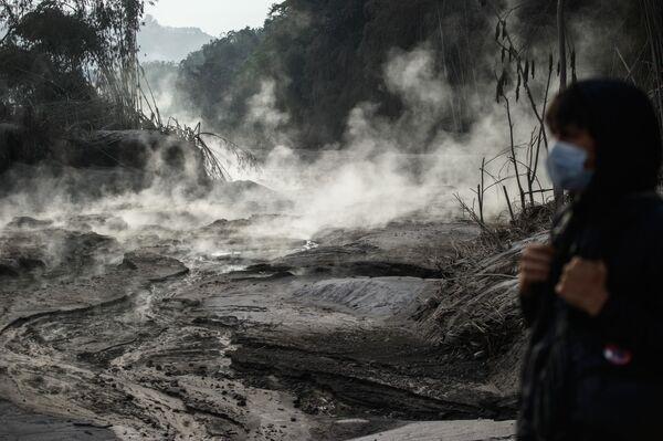 En diciembre se produjeron varias erupciones volcánicas a la vez: el 1 de diciembre tuvo lugar la del volcán Semeru, en Indonesia (en la foto), el 14 de diciembre la del volcán Etna, en Sicilia, el 21 de diciembre el volcán Kilauea empezó a erupcionar en Hawái, y el 28 de diciembre comenzó la del volcán Otake, en la isla de Suwanose, Japón. - Sputnik Mundo