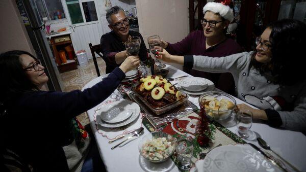 Imagen referencial de una cena navideña en 2020 - Sputnik Mundo