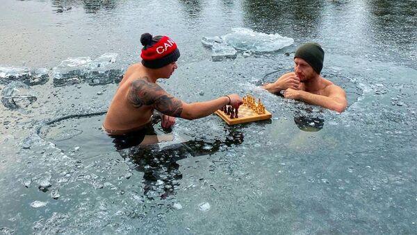 Ник Макнот и Рон Бэт играют в шахматы на льду в Оук-Лейк, Онтарио, Канада - Sputnik Mundo