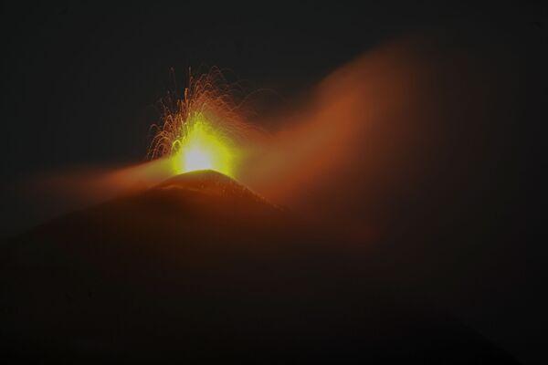 El 9 de octubre en Guatemala se activó el volcán Pacaya, considerado uno de los más activos del mundo. Arrojó cuatro flujos de lava a la vez. Las piedras incandescentes salieron volando del cráter a una altura de unos 300 metros. La erupción fue acompañada por una emisión de ceniza que lo cubrió todo a una distancia de 12 kilómetros al oeste del cráter.  - Sputnik Mundo