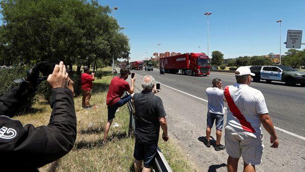 Argentinos salen a la calle a ver pasar los camiones con la vacuna Sputnik V - Sputnik Mundo