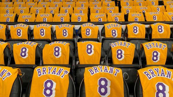 Las camisetas de Kobe Bryant en los asientos del Staples Center en Los Angeles, EEUU - Sputnik Mundo