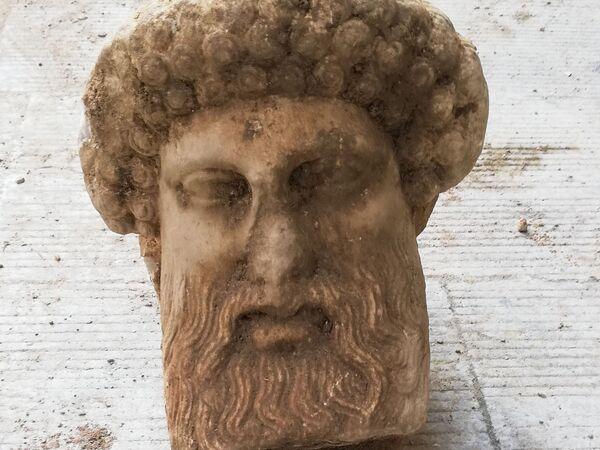 En Atenas fue hallada la cabeza de la escultura de mármol del dios Hermes, que data de finales del siglo IV o principios del III a. C. El descubrimiento se realizó durante unas obras de construcción en la calle central Eolu a una profundidad de aproximadamente medio metro. - Sputnik Mundo