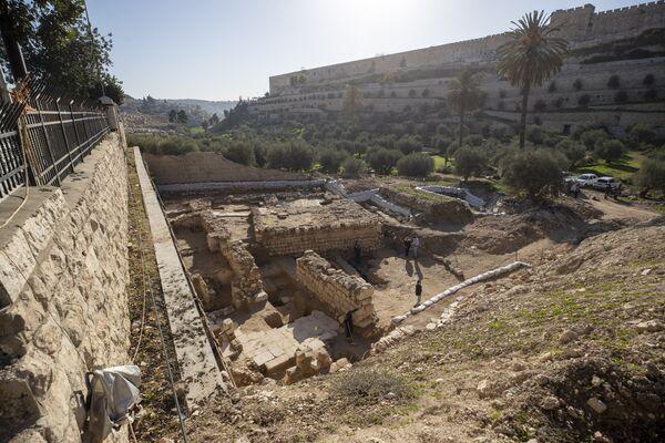 Los artefactos, de unos 2.000 años, fueron encontrados el 21 de diciembre en la zona del Jardín de Getsemaní en Jerusalén. Entre los hallazgos se puede destacar la 'mikve' —un depósito de agua para la ablución ritual—. Según la tradición cristiana, los artefactos encontrados están relacionados con el período de estancia de Jesuсristo en Jerusalén. Cerca de la zona, los arqueólogos encontraron también las ruinas de un templo del período bizantino, que fue construido supuestamente en el siglo VI d.C. y que funcionó unos 200 años. Todos estos objetos fueron descubiertos durante la construcción de un centro para visitantes de la Basílica de las Naciones y de un túnel subterráneo que la conectaría con el valle de Cedrón. Según la Escritura Sagrada, la iglesia se sitúa en el lugar donde Jesucristo rezó por el cáliz la última noche antes de ser detenido. - Sputnik Mundo