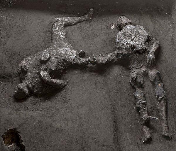 En una villa en Civita Giuliana, a menos de un kilómetro de las murallas de la antigua Pompeya, fueron encontrados los restos de dos víctimas de la erupción del Vesubio del año 79 d.C. Se supone que se trata de uno de los dueños de la villa y un joven esclavo que intentaron refugiarse de la erupción en el pórtico subterráneo, pero no lograron escapar del magma incandescente, que brotó por todas partes. El estudio de los hallazgos dio a los expertos razones para creer que la erupción del Vesubio ocurrió el 24 de octubre, en lugar del 24 de agosto, como se pensaba antes. - Sputnik Mundo