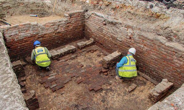 Los arqueólogos británicos en el distrito londinense de Whitechapel desenterraron las ruinas del primer teatro The Red Lion de Londres, que fue construido en la capital en 1567 especialmente para las obras teatrales y fue el precursor del famoso Globe de Shakespeare. - Sputnik Mundo