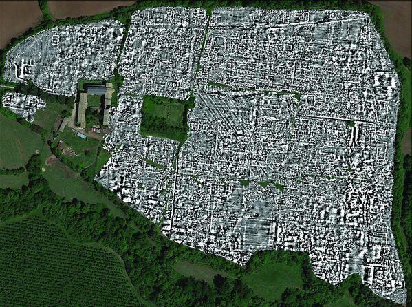 Un equipo de arqueólogos de las Universidades de Cambridge y Gante creó el primer mapa completo de la antigua ciudad romana de Falerii Novi en Italia, utilizando un georradar que permite 'radiografiar' la tierra y determinar los contornos de los objetos debajo de su superficie. Los arqueólogos descubrieron un complejo de baños, un mercado, un templo e incluso la red urbana de tuberías de agua de la ciudad, que fue fundada alrededor del año 241 a. C. y dejó de existir aproximadamente el 700 d. C. - Sputnik Mundo