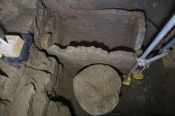 En el territorio del Foro Romano fue encontrado un sótano con un sarcófago de toba de un metro 40 centímetros de largo, cuya edad es de aproximadamente 2.500 años. La cámara subterránea se encuentra a pocos metros de la 'piedra negra': Lapis Niger. Hay una versión de que se trata de una antigua losa cuadrada de mármol negro instalada en el sitio del entierro de uno de los fundadores legendarios de la ciudad, Rómulo. - Sputnik Mundo
