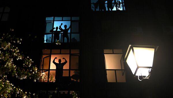 Vecinos durante el confinamiento en Madrid - Sputnik Mundo