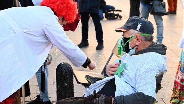 Protesta de los sanitarios en la Puerta del Sol en Madrid - Sputnik Mundo