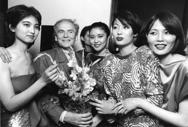 Pierre Cardin junto a unas modelos chinas en su desfile anual celebrado en Pekín, en 1985. - Sputnik Mundo