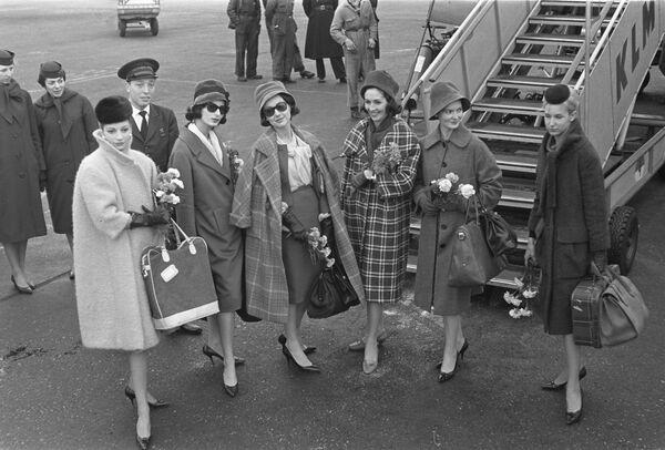 En 1953, Cardin creó su primera colección de alta costura. En 1960, se convirtió en el primer diseñador en presentar al público una colección de ropa masculina. En 1961, abrió su primera tienda de ropa masculina, y, en 1963, una para mujeres. En 1966, vio la luz su primera colección de ropa infantil. En la foto: las creaciones de Pierre Cardin, en 1959. - Sputnik Mundo