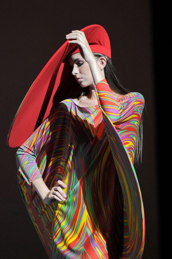 El destacado diseñador patentó más de 500 creaciones, como medias de colores, botas altas, vestidos de verano mini, corbatas de flores, chaquetas largas sin cuello o pantalones ajustados con botones. En la foto: un desfile de Cardin en el Palacio del Kremlin, en 2011. - Sputnik Mundo