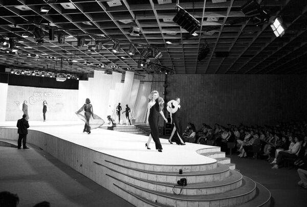 A lo largo de su prolífica carrera, creó atuendos para celebridades como la actriz Rita Hayworth, la bailarina soviética Maya Plisétskaya, la primera dama argentina Evita Perón y los integrantes del grupo musical The Beatles. En la foto: el desfile de Pierre Cardin en Moscú, en 1989. - Sputnik Mundo