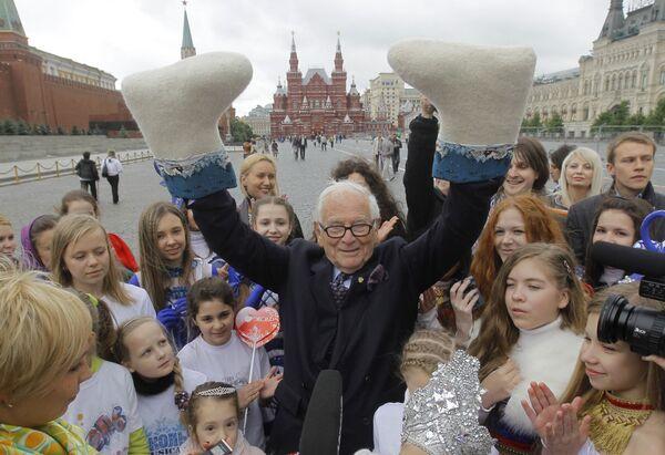 En 1991, Cardin fue nombrado embajador de Buena Voluntad de la Unesco. Durante aquellos años, apoyó proyectos humanitarios, se reunió con destacados políticos y organizó numerosas campañas sociales. En 2009, se convirtió en el embajador de Buena Voluntad de la Organización de las Naciones Unidas de la Alimentación y la Agricultura. En la foto: Pierre Cardin en la Plaza Roja de Moscú, en 2010. - Sputnik Mundo