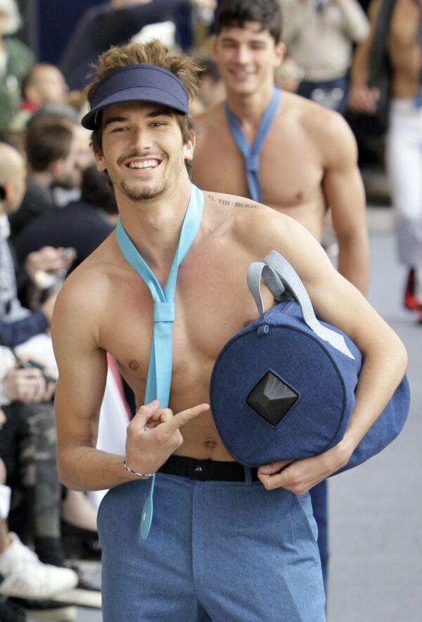 Un modelo durante el desfile de la colección primavera-verano 2012 de Cardin, en la Semana de la Moda de París. - Sputnik Mundo