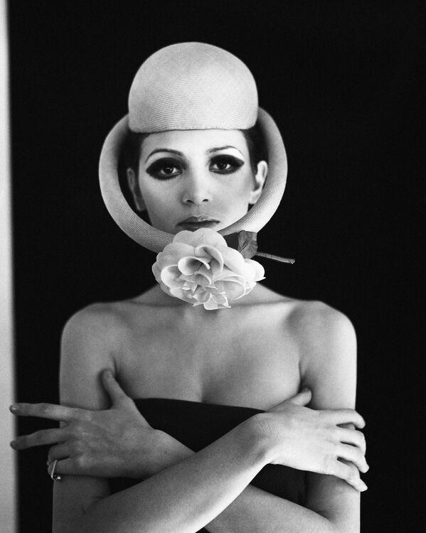 Cardin prefería utilizar en sus colecciones las formas y los motivos geométricos, así como los adornos de metal. También era famoso por sus vestidos y faldas con forma de burbuja. Además, era fundador de la marca de perfumes Pierre Cardin. En la foto: una modelo desfila con el sombrero bautizado como Satellite, en 1968. - Sputnik Mundo