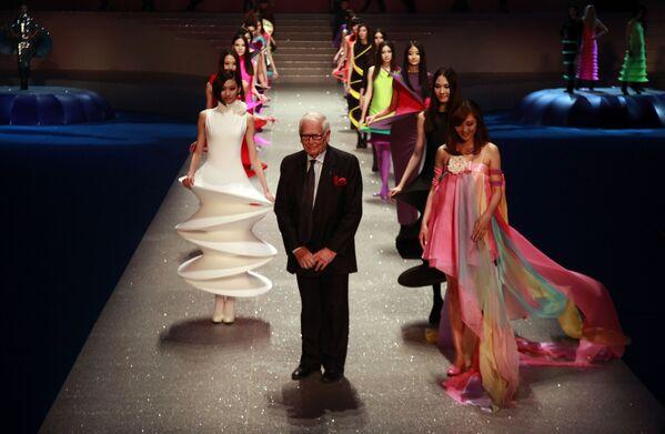 Pierre Cardin junto a las modelos en el final de su desfile Palais Lumiere, celebrado en 2012 en Pekín. - Sputnik Mundo