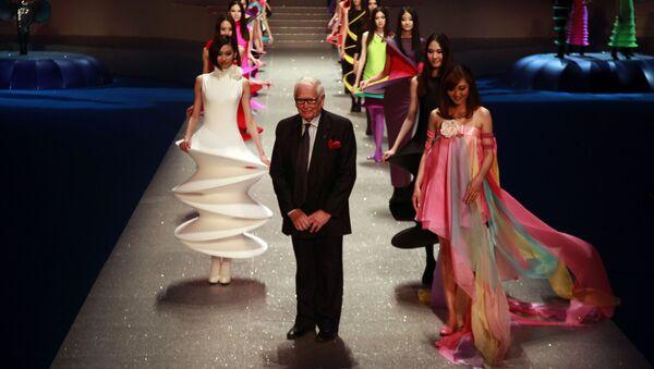 Французский модельер Пьер Карден среди моделей в конце своего модного шоу Palais Lumiere в Пекине, 2012 год - Sputnik Mundo