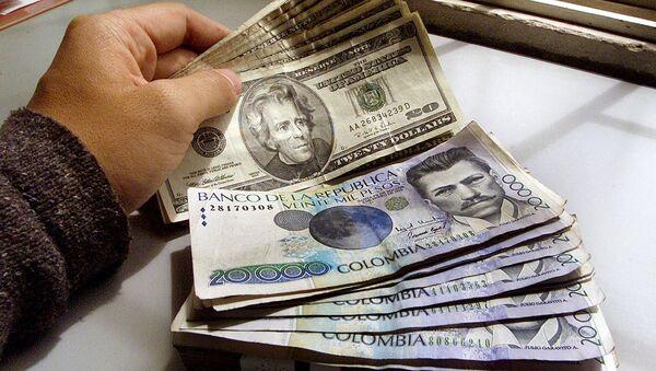 Pesos colombianos y dólares (imagen referencial) - Sputnik Mundo