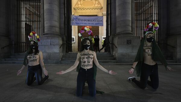 Activistas de FEMEN protestan contra el aborto en Madrid - Sputnik Mundo