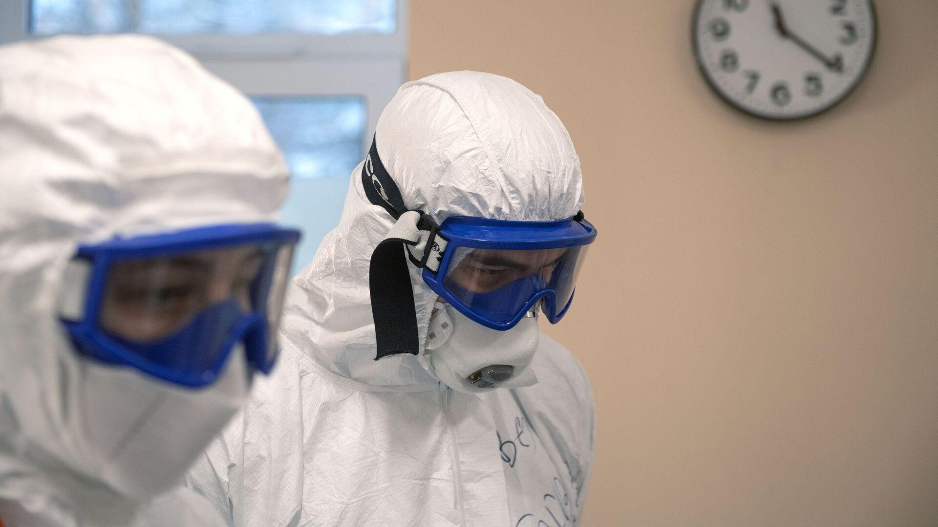 Médicos vestidos con trajes de protección - Sputnik Mundo, 1920, 06.05.2021