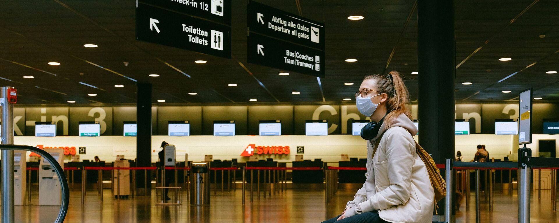 Una mujer en mascarilla en el aeropuerto - Sputnik Mundo, 1920, 23.06.2021