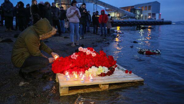 Homenaje después del accidente del pesquero Onega en el mar de Barents - Sputnik Mundo
