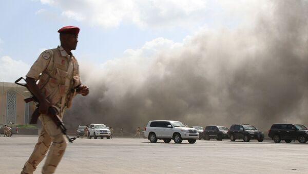 Un miembro del personal de seguridad reacciona durante un ataque al aeropuerto de Adén, Yemen, el 30 de diciembre de 2020.  - Sputnik Mundo