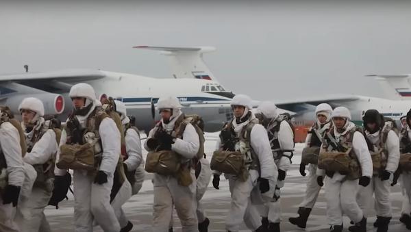 Cómo se siente saltar en paracaídas desde un Il-76 ruso - Sputnik Mundo