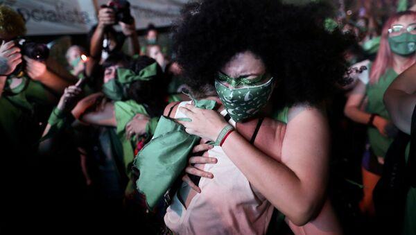 Mujeres argentinas celebrar la aprobación de la ley que permite el aborto legal en Argentina, el 30 de diciembre del 2020 - Sputnik Mundo
