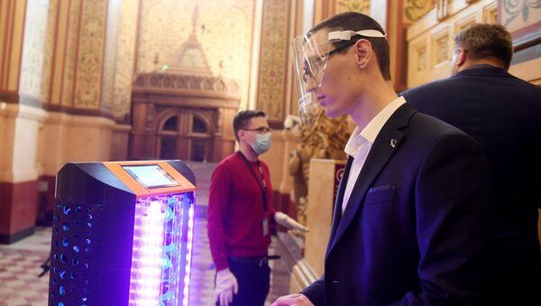 Robot de desinfección UltraBot en Moscú - Sputnik Mundo