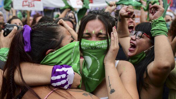 Mujeres argentinas celebrando la aprobación de la ley de aborto en Argentina - Sputnik Mundo