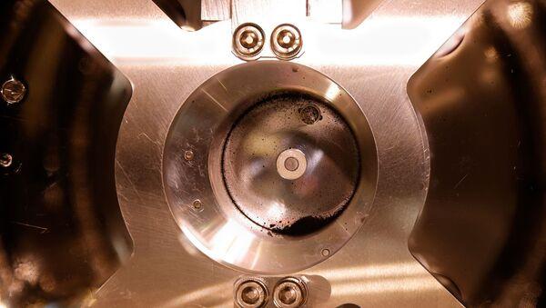 Parte inferior del contenedor con las muestras del asteroide Ryugu - Sputnik Mundo