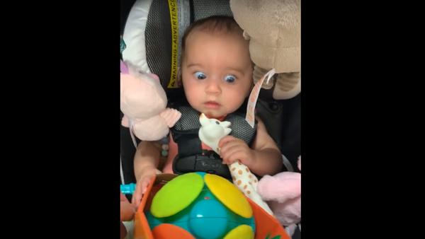 ¿Mamá, qué es esto? La graciosa reacción de una niña con un juguete - Sputnik Mundo