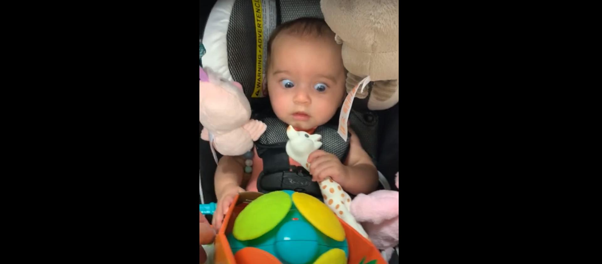¿Mamá, qué es esto? La graciosa reacción de una niña con un juguete - Sputnik Mundo, 1920, 02.01.2021