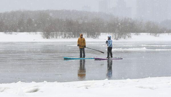 Dos surfistas rusos en Novosibirsk - Sputnik Mundo