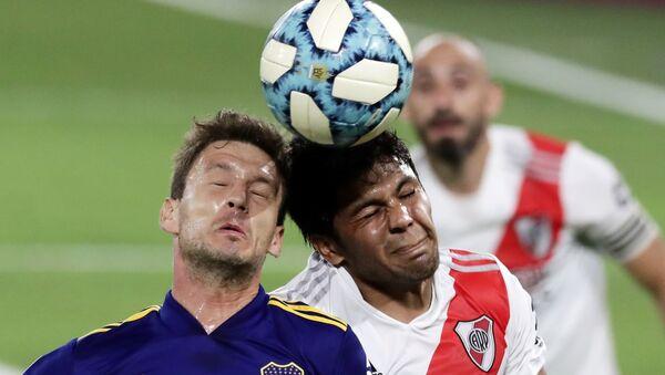 Robert Rojas de River Plate y Franco Soldano del Boca Juniors luchan por la pelota - Sputnik Mundo