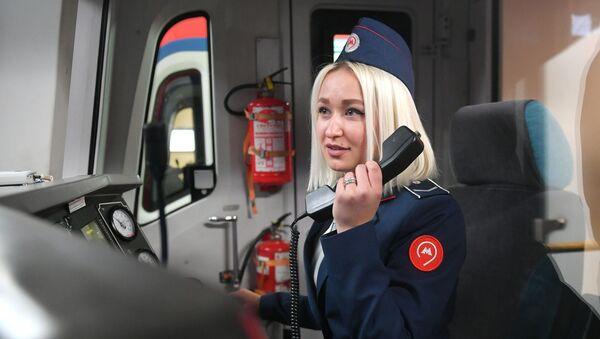 En el metro de Moscú empiezan a circular trenes conducidos por mujeres - Sputnik Mundo